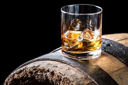 Tumbler with ica on oak barrel Whisky Glas Tumbler auf einem Fass