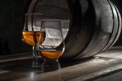 zwei Whisky Gläser und ein Whisky Fass, Stielglas
