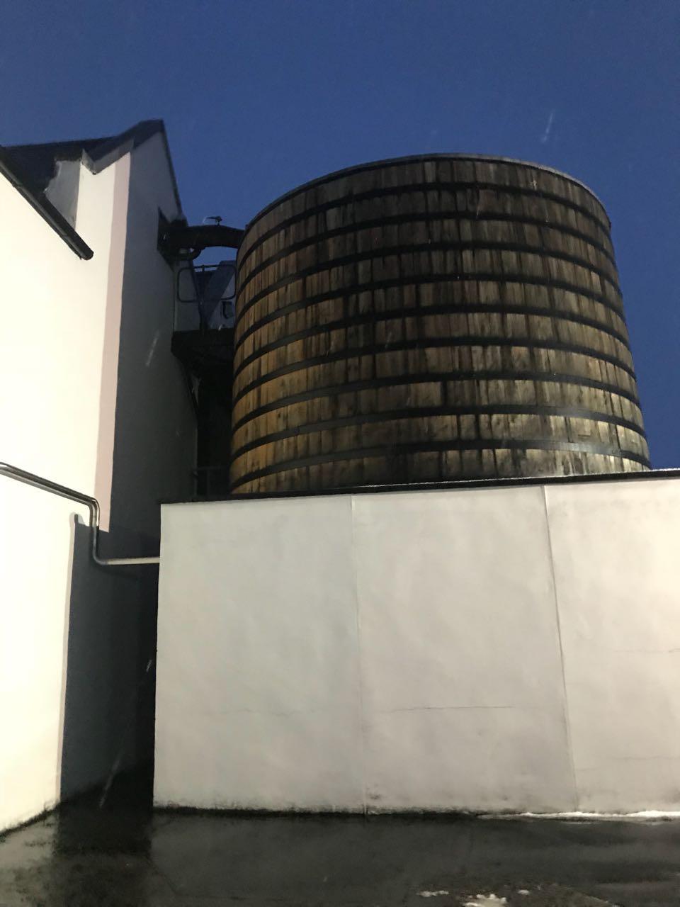 Die Worm Tubs der Brennerei Dalwhinnie. Diese stehen außerhalb des Gebäudes.